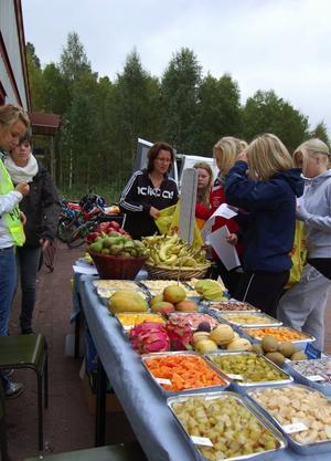 Provsmakning av frukt och annat gott bjöds elverna också på, liksom lunch i det gröna. Foto:Björn Rehnström