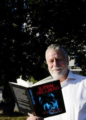 Björn Hellberg har skrivit 57 böcker, 25 av dessa är deckare. Den senaste gavs ut i sommar: Skarprättaren.