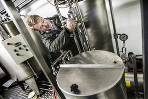 I anslutning till ladugården på Åre Bondgård, inrymd i en container, finns Åre Micromejeri. Jörgen Andersson gör de sista finjusteringarna och han hoppas kunna leverera lågpastöriserad mjölk till butik lagom till lucia.
