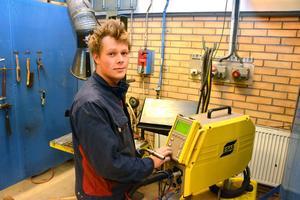 Jonatan Jakobsson i sitt bås på Älvdalens utbildningscentrum.
