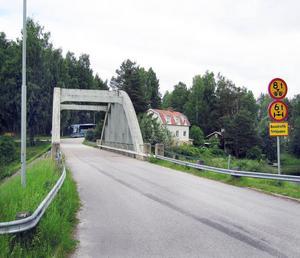 Den befintliga bron går inte att laga pågrund av dess dåliga kvalité.