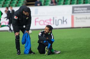 Tränare Poya Asbaghi och kapten Peshraw Azizi – under värmningen innan matchen mot IK Frej Täby.