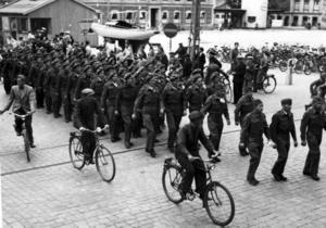 mitt i Gävle. Den här bilden togs 6 juli 1945 i centrala Gävle. I bakgrunden syns Stadshuset. Det här är ryska soldater i brittiska uniformer, några av de 27 000 soldater som sommaren 1945 fördes direkt från Norge till Sovjet via Gävle hamn. De soldater som redan tidigare hade lyckats fly till Sverige från tyska fångläger i Norge, de hade redan skickats hem av Sverige på Stalins begäran. Men då rådde fotoförbud.