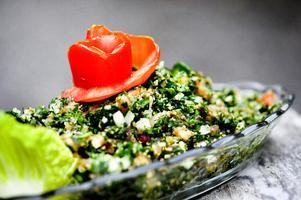 Tabbouli ingår i de flesta libanesiska måltider. En frisk bulgursallad med massor av persilja och mynta.