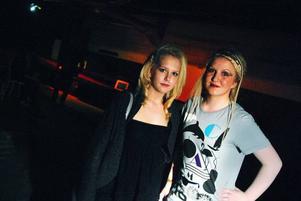 Madelene Persson och Madelene Eriksson är två av de elever från Storsjöskolan som varit med och anordnat en modevisning för kvällen.