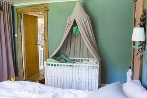 Barnrummen är kvar att renovera, men Ernst sover gott inne hos mamma och pappa.