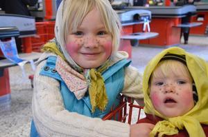 Amanda Larsson och lillasyster Emilia från Åmmeberg var två av runt 600 barn som kom till påskäggsutdelningen.