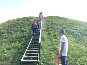 Att ta sig upp på Anunds hög var ett måste för många besökare.