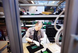 """Carl Moberg sommarjobbar på Gelabs tillverkning i Östersund och förmonterar hårdkomponenter. """"De behövde mer folk här nu så jag jobbar här i stället för i Gäddede"""", säger han. Företaget Gelab hade varken plats eller personal för att expandera i Gäddede när de fick en stororder från Siemens. I stället började de tillverkningen i Östersund. """"Vi vill gärna finnas kvar där. Lokalerna passar oss bra och personalen är duktig"""", säger vd:n Lars Olsson.Foto: Håkan Luthman"""