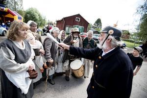Sotal-Lisa, Söta-Göta, Skrutten, Heliga Birgitta, Bottensatsen och Silver-Lisa med polisen. Tillsammans utgjorde de Slödder och Skarn och gick runt i Enviken under lördagen och sjöng fräcka visor.