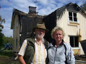 """""""Vi ska bygga upp huset igen. Det är ingen tvekan"""", säger Mats Åstrand och hustrun Carina Löfgren."""