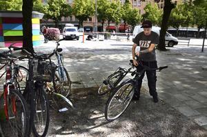 Slängd hoj. Niklas Bergström tar hand om en cykel som säkert kostat några tusenlappar.
