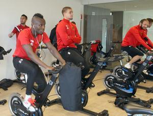 Sam Mensiro, Douglas Bergqvist och övriga startspelare satt på sina cyklar samtidigt som de andra tränade fotboll.