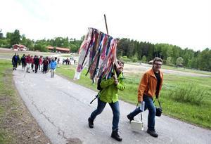 Ett 100-tal personer vandrade från Falun till Sundborn på premiärdagen.
