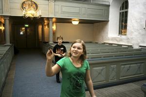 Hur många kors finns det i kyrkan? Gustaf Olofsson och Emma Lundbohm räknar dem alla.
