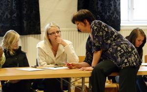Katarina von Bredow pratar med Linda Strandberg och Elin Norberg.