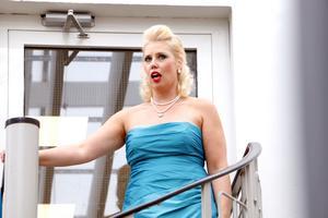 Matilda Orrling från Gävleoperan kom ut på spiraltrappan och sjöng mäktiga toner.