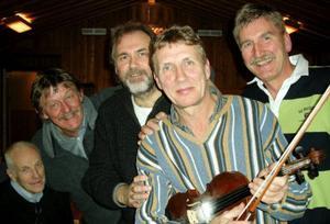 Gärdegårds, för kvällen som kvintett, från vänster Ulf Andersson, allsång, Sven Gustafsson, Per-Erik Wik, Svante Gärdegård och Staffan Odén.Foto: Åke Bengtzon