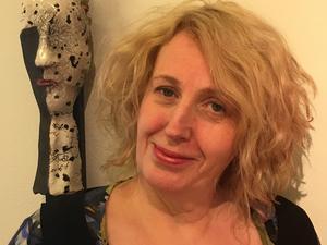 Vivianne Elveström Rosqvist är uppvuxen i Västerås och gör konst under signaturen