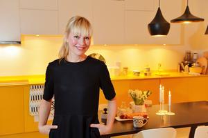 Det gula köket utgick från en gul blandare som Camilla hittat - luckor och bänkskiva lackerades sedan i samma nyans.