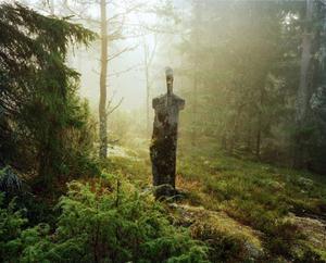 Erland Nilsson, utan titel. Suggestiv stenformation mitt ute i skogen.
