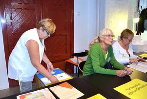 Marianne Söderberg, Margareta Holmlund och Mona Hammarberg tog emot rösterna på Kulturmagasinet.