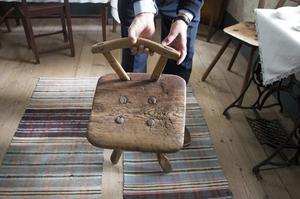 Det märks att gården har gamla anor – den här stolen har många generationer suttit på.