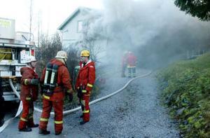 Villan på Flodbergsgatan totalförstördes invändigt vid branden. – Golvet på första våningen är genombränt, och vi har sagt åt  rökdykarna att vara försiktiga så de inte trampar igenom, säger räddningsledaren Glenn Johansson.