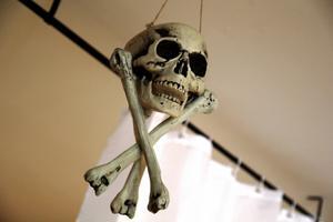 En dödskalle hänger i taket.