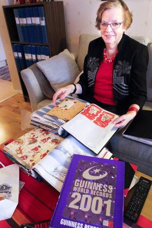 Ingrid Westin är bäst i världen på att samla julpapper, och har redan varit med i Guiness rekordbok fyra gånger. Men när hon nått den magiska gränsen 5 000 så lovar hon att sluta.