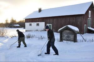 Snön har vräkt ned de senaste dagarna och snart blir det omöjligt för trafik, som räddningstjänst och ambulans att ta sig fram till Johan Svedberg, till vänster, som bor cirka 300 meter in på Klockarvägen. Till höger: Sven Svensson.  Foto: Jill Pettersson
