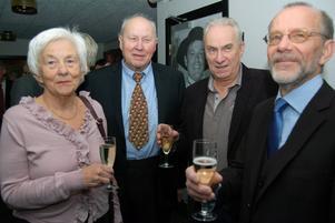 I trevligt samspråk syntes paret Karin och Herbert Nöjd tillsammans med Håkan Olsson och Tommy Kling.