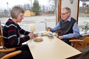 Fikapaus. Karin och Inge Hällkvist från Dalarna har stannat till på Nya Promenaden i Laxå för en fika. Självklart blir det semla när det är självaste fettisdagen och betyget är högt.