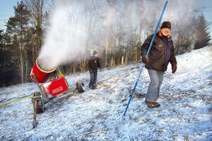 Magnus Hansson och Kalle Bylin tittade till snökanonerna på nyårsaftonen.
