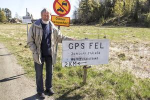 Sture Karlsson och de övriga byborna har tröttnat på alla bilar som kör fel så nu har de satt upp en skylt.
