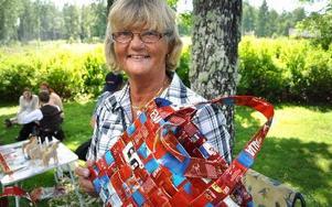 Maud Sävroth återvinner kaffepaket för att bespara björken dess näver.