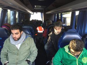 Flyktingar från Syrien, Irak och Afganistan vägrar lämna bussen