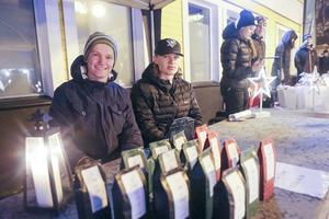 Flera UF företag från Härjedalens gymnasieskola hade försäljning, här är det Erik Åström och Joel Hansson som säljer julte.