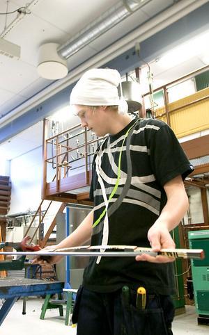 Jimmy Hägg från Ljusdal kapar rör. Han går första året på Energiprogrammet.