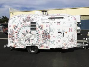 Just nu driver Victoria ett projekt med att renovera en husvagn som ska användas som ett mobilt showroom och som pr-verktyg vid festivaler.