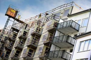 Regeringen bör satsa på infrastruktur och bostadsbyggande, anser insändarskribenten.