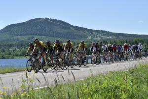 Cyklister i Siljan Runt på väg över bron till Sollwerön efter genomfört lopp.