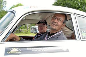 Tekniska problem. Torgny Arvidsson och Per-Arne Svensson från Nora i Porschen från 1958 hade en del tekniska problem, men trots det roligt att vara med tycker de.