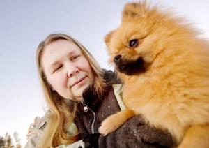 Marita Lindström i Torvalla har fem hundar av rasen pomeranian. Hittills är de inte så rädda för smällar, men måste ändå övervakas på nyår.