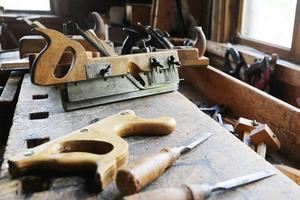 Som om det var i går. Alla verktyg ligger kvar i skidfabriken som om fabriken stängde i går. Här finns också ett stort antal snickerimaskiner av olika slag som tilldrog sig ett stort intresse.