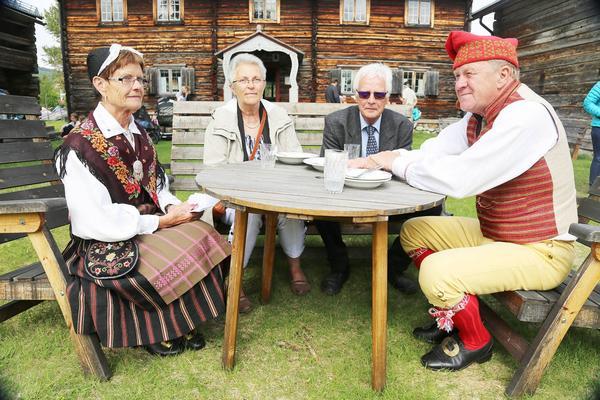 Ingrid Tjärnås i Härjedalsdräkt, Ulla och Göran Mann samt Kjell Tjärnås, för dagen klädd i Vemdalsdräkt.