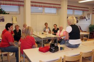 SPF-föreningarna i kommunen har informationsträffar under veckan, på temat bo och leva. Pensionärerna i SPF Ljusdalsbygden fick bland annat veta mer om hemservice, som man får göra rot-avdrag för. Carina Larsson (med ryggen mot kameran) berättade om hur det fungerar.