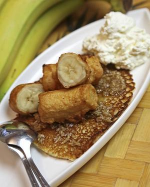 På indonesiskt vis är det ofta frukt som avrundar måltiden. Här i form av friterad banan med kokosplättar.