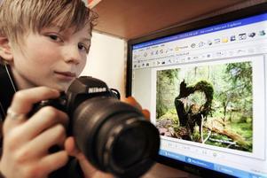 Martin Eriksson, klass 6, Gullhedskolan i Järbo med sin vinnande bild och sin splitter nya kamera.