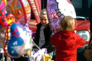 Vad är väl en marknad utan färgsprakande ballonger? I takt med att barnfamiljerna slog sina marknadslovar tunnade det ut bland Hello Kitty- och de andra fantasieggande ballongerna.